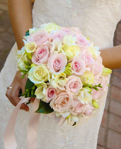 Hand-Tied-Ribbon-Wedding-Bouquets-120718123545